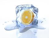 Orange in Eiswürfel