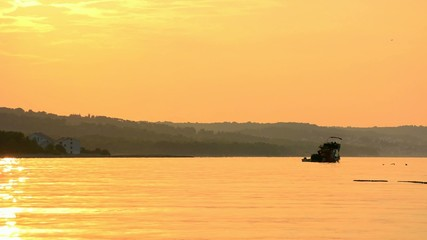 Fischerboot am Abend