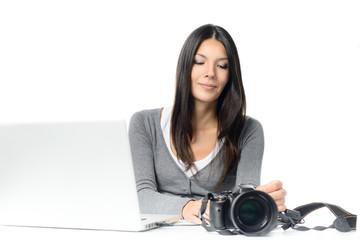 Junge Fotografin schließt ihre Kamera an ihren Laptop an