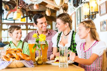Bayrische Familie im Restaurant beim Essen
