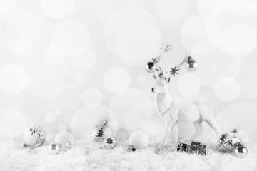 Festlicher weißer Hintergrund zu Weihnachten mit Hirsch