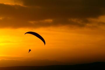 Parapendio al tramonto - silhouette.