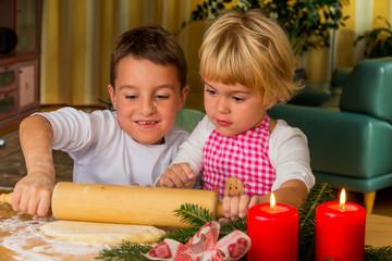 Kinder backen Kekse zu Weihnachten