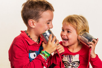 Kinder mit einem Dosentelefon