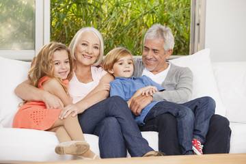 Großeltern und Enkel auf dem Sofa