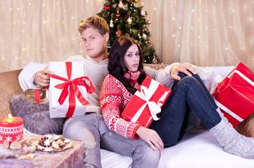 Enttäuschtes Paar an Weihnachten