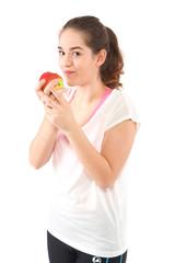 Frau isst Apfel