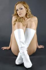 Frau trägt weiße Stiefel
