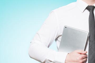 Mann mit Hemd und Krawatte und Tablet PC