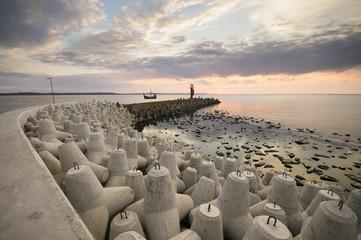latarnia morska przy wejściu do portu