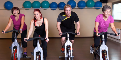 Gruppe in Fahrrad-Klasse im Fitness-Center