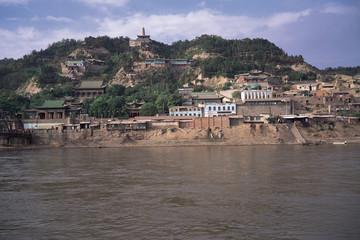 Горы скалы и река