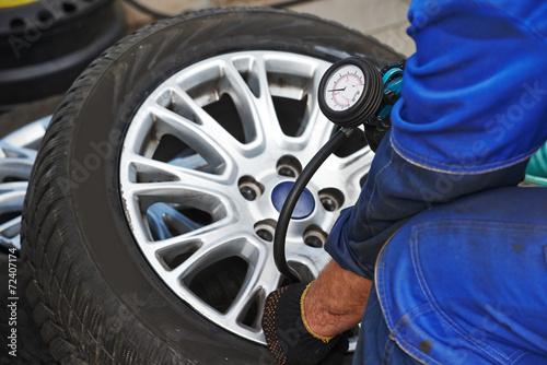 car wheel tyre air pressure check - 72407174