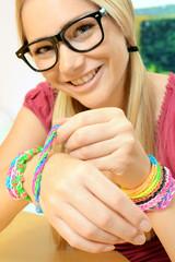 Teenager mit bunten Loom Bands als Armband