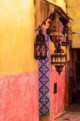 Arabische Lampen an gelb roter Mauer
