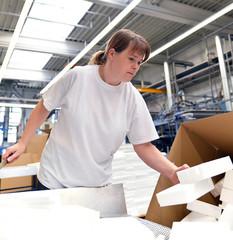 Arbeiterin verpackt Waren in Fabrik