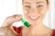 Patient hält einzelne Kapsel als Medikament