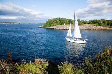 Segelboot vor Suomenlinna, Helsinki