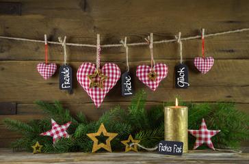 Erster Advent: Weihnachtskarte mit Herzen und Kerze