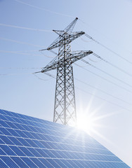 Strommast und Solarzellen