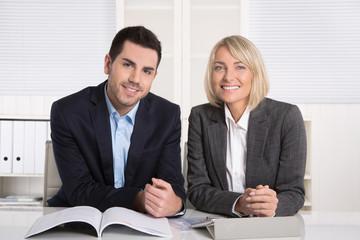 Lachende Geschäftsleute männlich und weiblich: Portrait