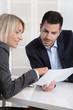 Führungskräfte im Gespräch: Geschäftsmann und Frau im Büro