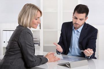 Zwei Business Personen besprechen sich mit Tablet PC