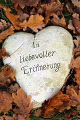 Herz in Herbstlaub, in liebevoller Erinnerung