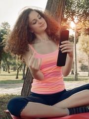 Ragazza in relax si fotografa facendo selfie