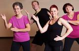 Fototapety Zumba tanzen im Fitness-Studio