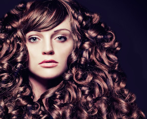 girl with stunning wavy hair-haircolors 35