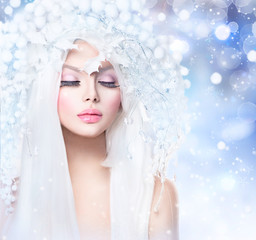 Winter Beauty. Fashion Model Girl with Snow Hairstyle and Makeup