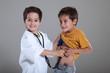 Quadro Jungs spielen Arzt und Patient