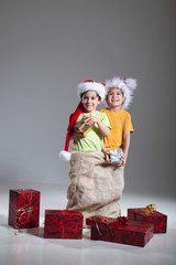 Brüder im Jutesack mit Geschenke zu Weihnachten