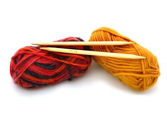 Wolle mit Stricknadeln