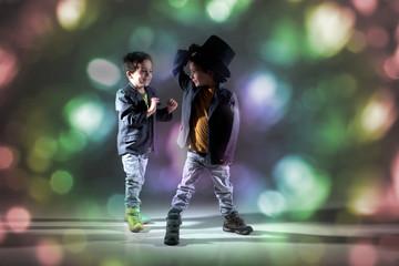 Zwei Jungs tanzen in Disco und haben Spaß