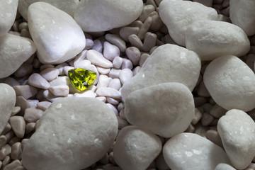 Olivin unter weißen Kieseln