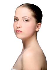 Портрет молодой девушки на белом фоне