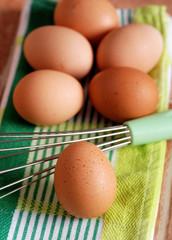 uova e frusta in cucina