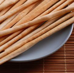 grissini sul piatto di ceramica