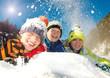 Gruppe Teenager im Schnee