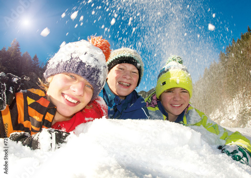 canvas print picture Gruppe Teenager im Schnee