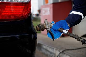 Заправка легкового автомобиля газообразным топливом.