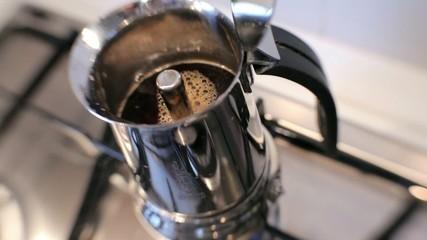 Caffè che esce dalla caffettiera