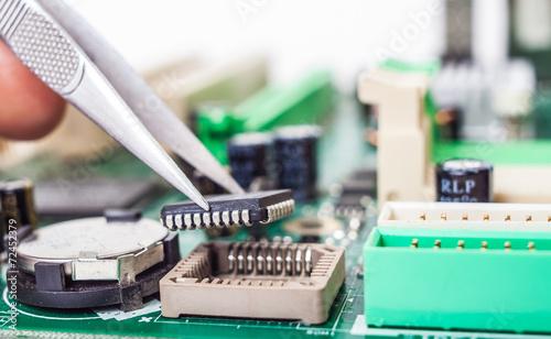 składanie części komputerowych