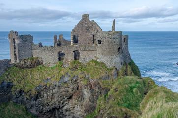 Burgruine an der Küste von Nordirland