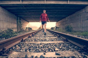 Corsa sui binari della ferrovia