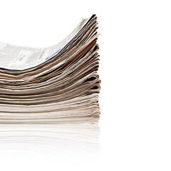 Grosser Stapel aktueller Zeitungen