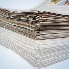 Aufeinander gestapelte Zeitungen