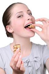 Красивая девушка кушает десерт
